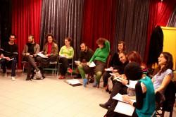 Η εκπαίδευση στη σχολή μας διέπεται από ανθρωπιστικό πνεύμα και προάγει την αντίληψη του κοινωνικού ρόλου του θεάτρου.